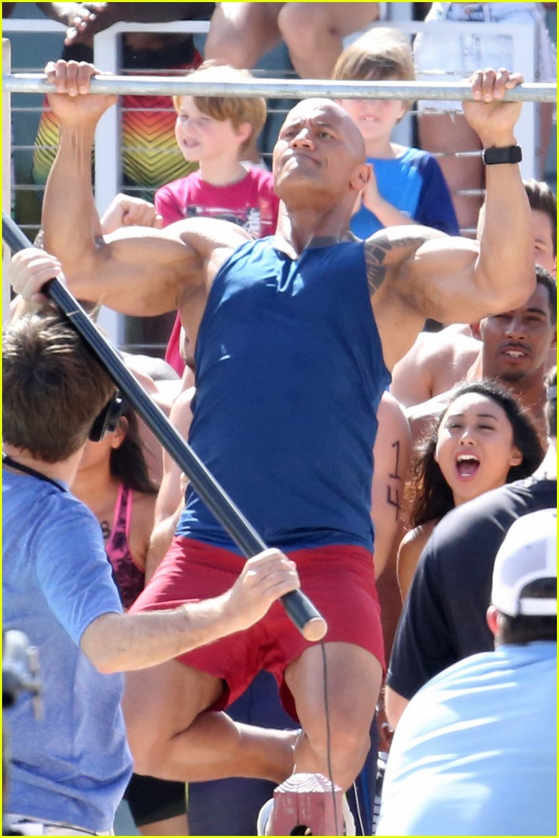 zac efron pull up contest baywatch 02