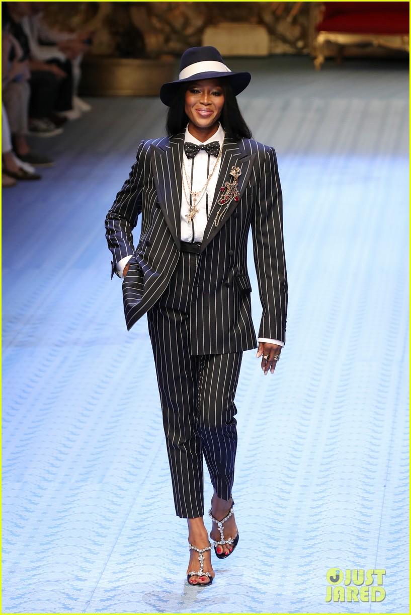 naomi campbell walks dolce gabbana mens runway 02