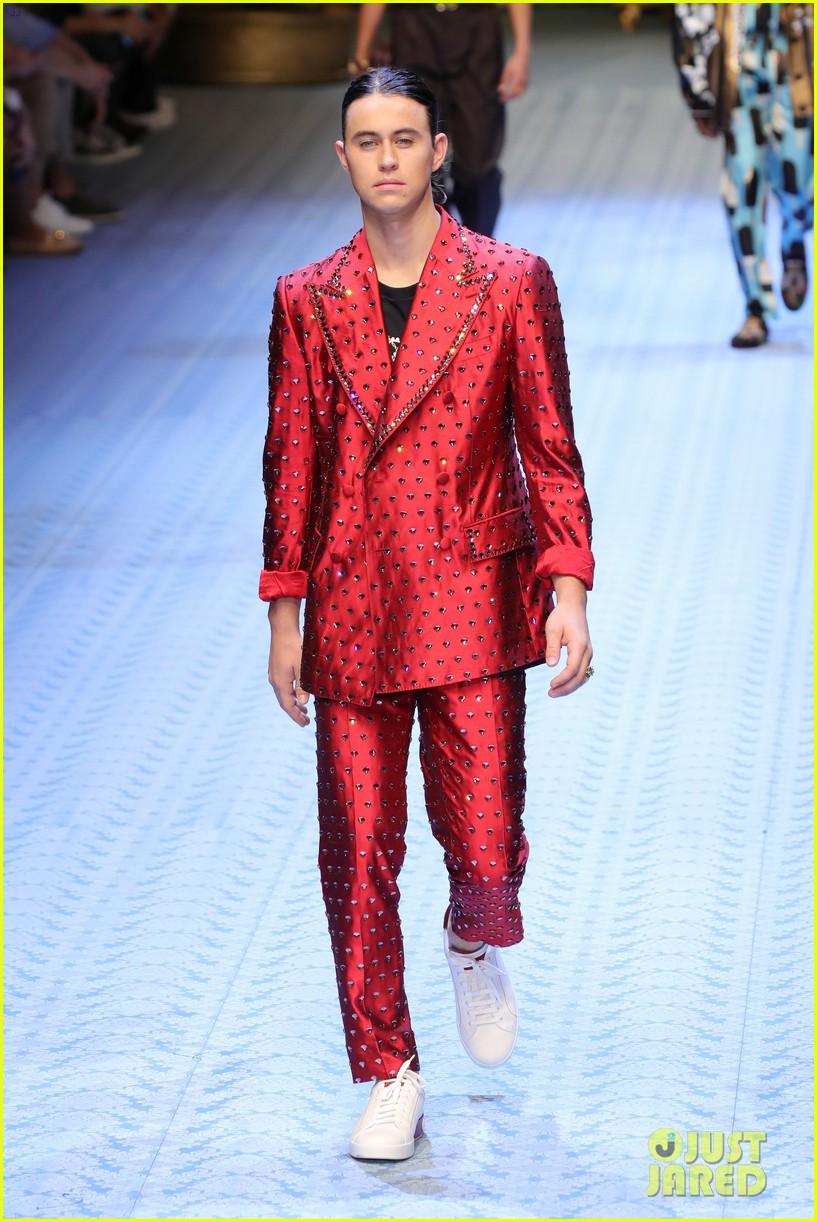 naomi campbell walks dolce gabbana mens runway 05