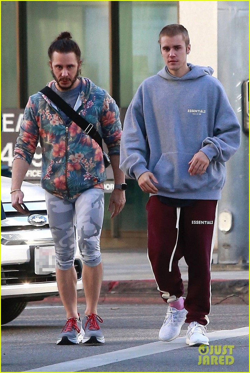 justin bieber grabs breakfast with a friend in beverly hills 01