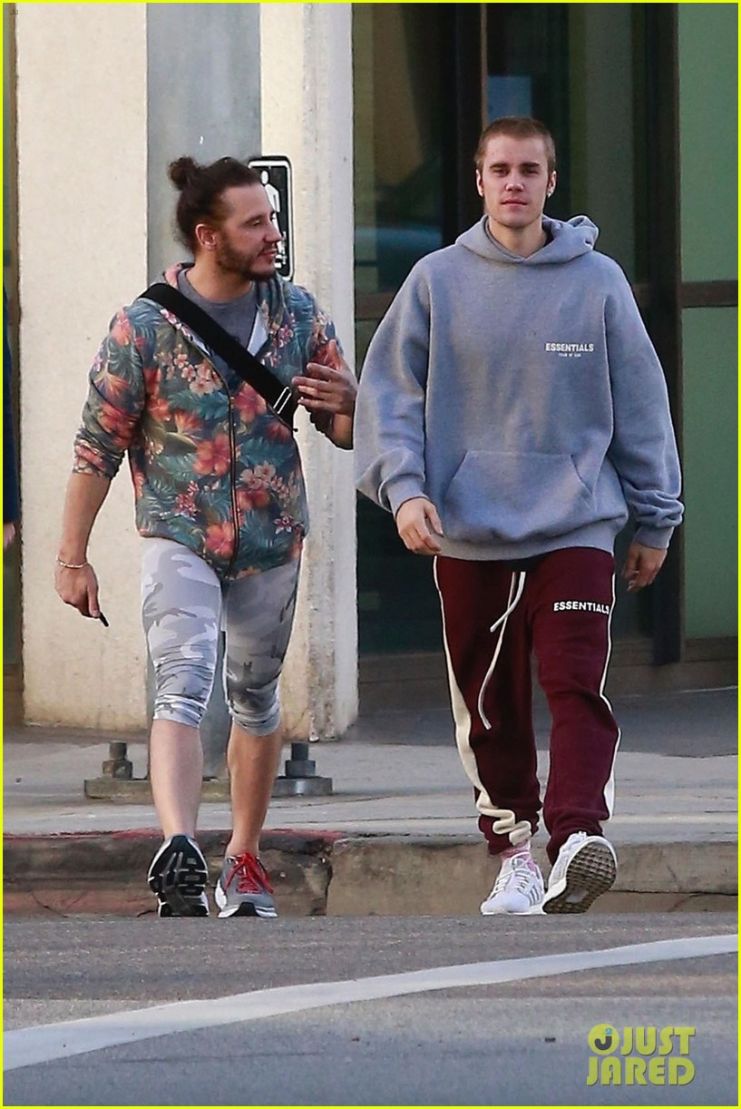 justin bieber grabs breakfast with a friend in beverly hills 04