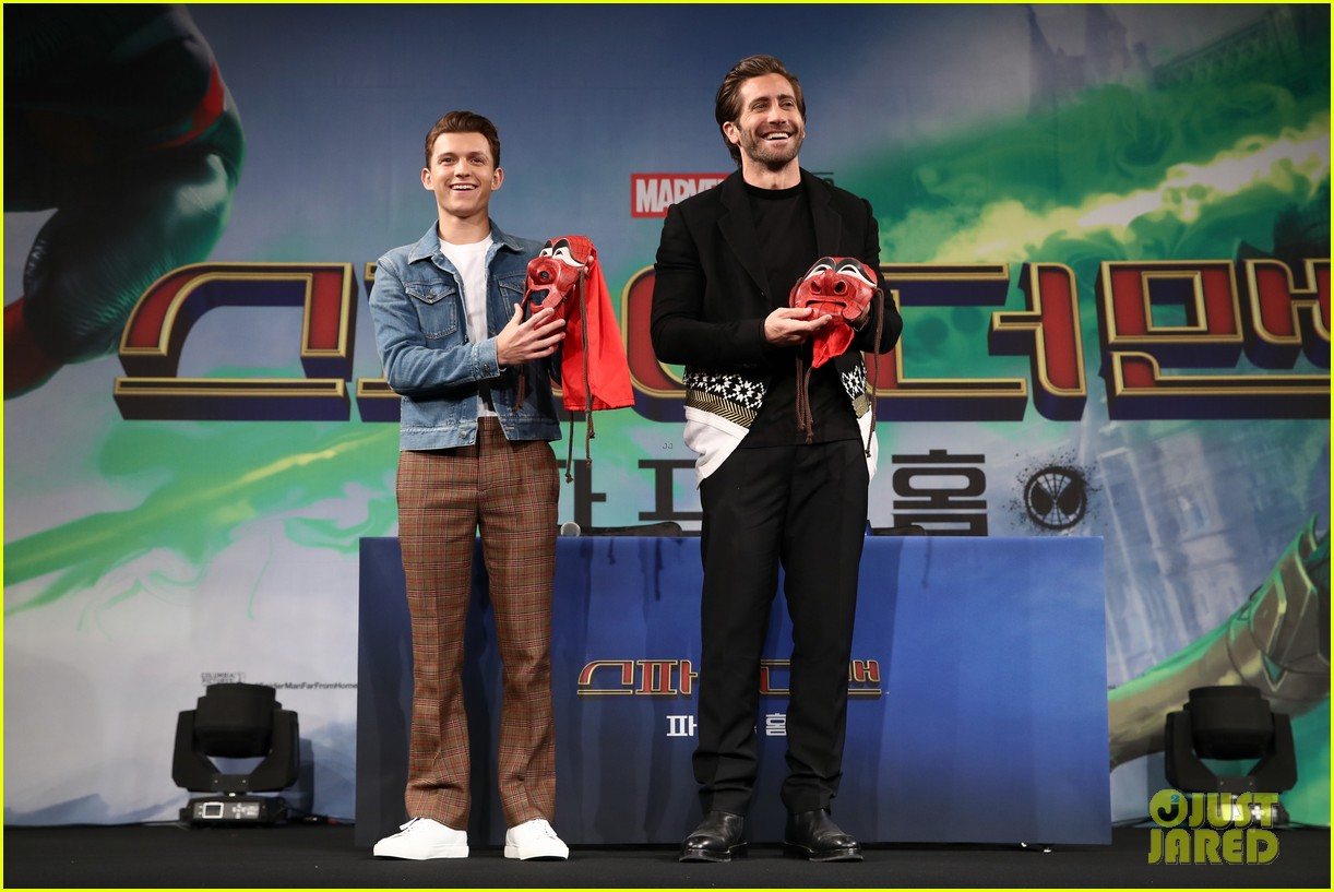 zendaya matches tom holland in nearly identical outfits 14