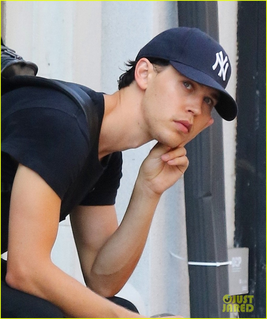 austin butler relaxes while prepping for elvis movie 01