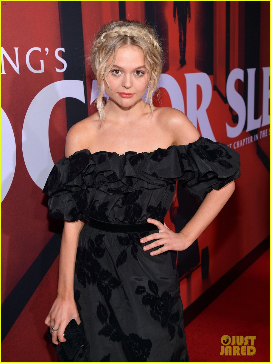 emily alyn lind jacob tremblay step out for doctor sleep premiere 07