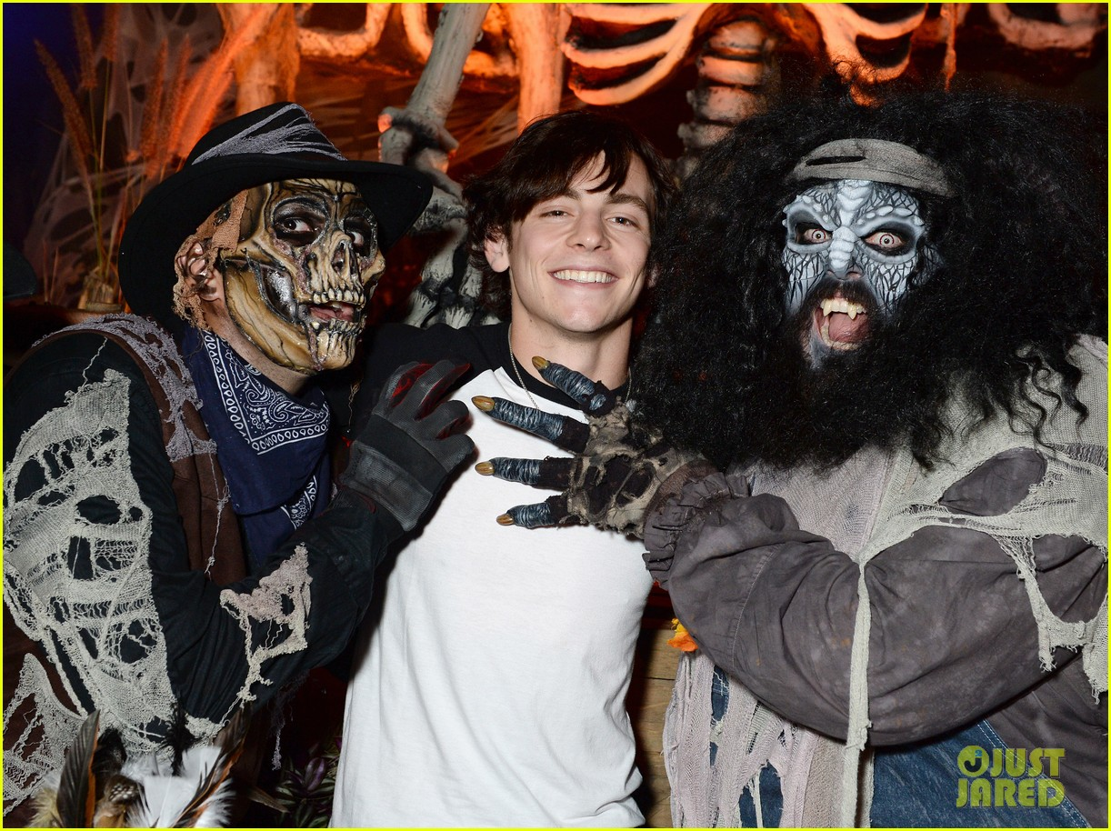 ross lynch gets much needed sibling time at knotts scary farm 05