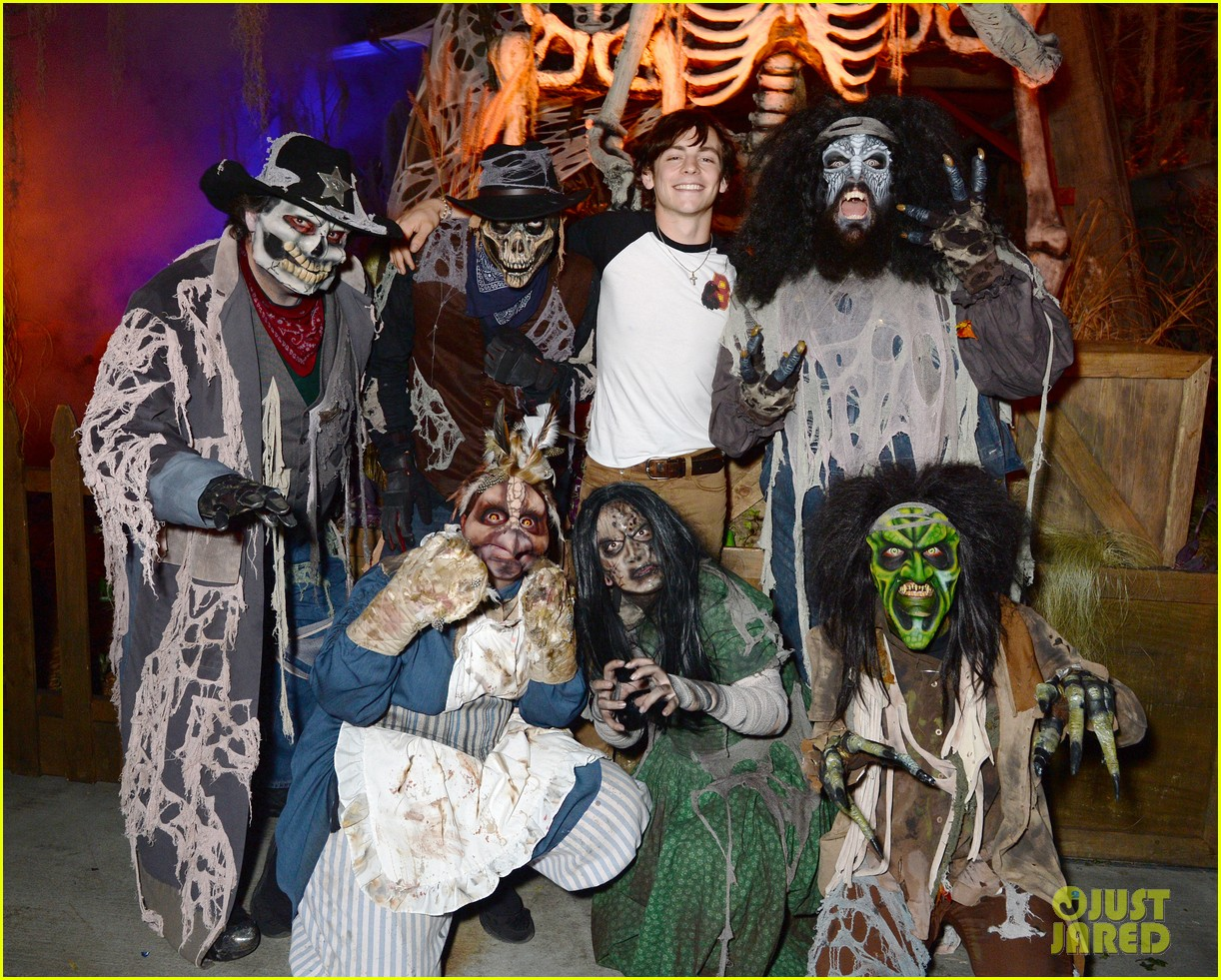 ross lynch gets much needed sibling time at knotts scary farm 10