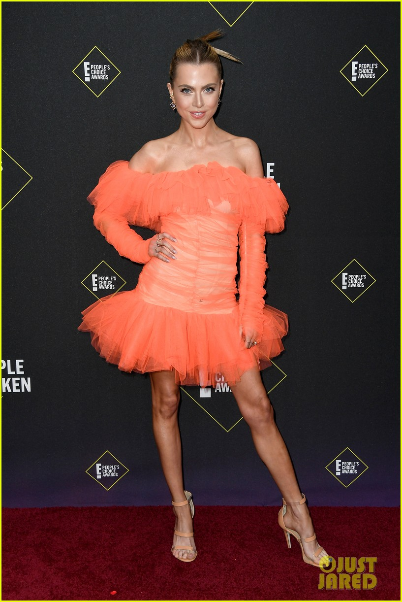 the 100s marie avgeropoulos anne winters attend peoples choice awards 01