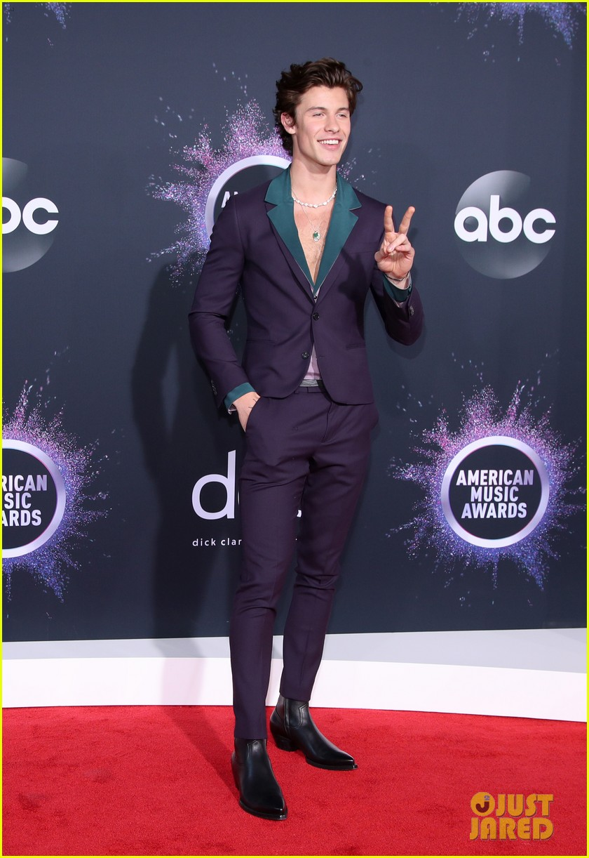 shawn mendes steps out 2019 american music awards 05