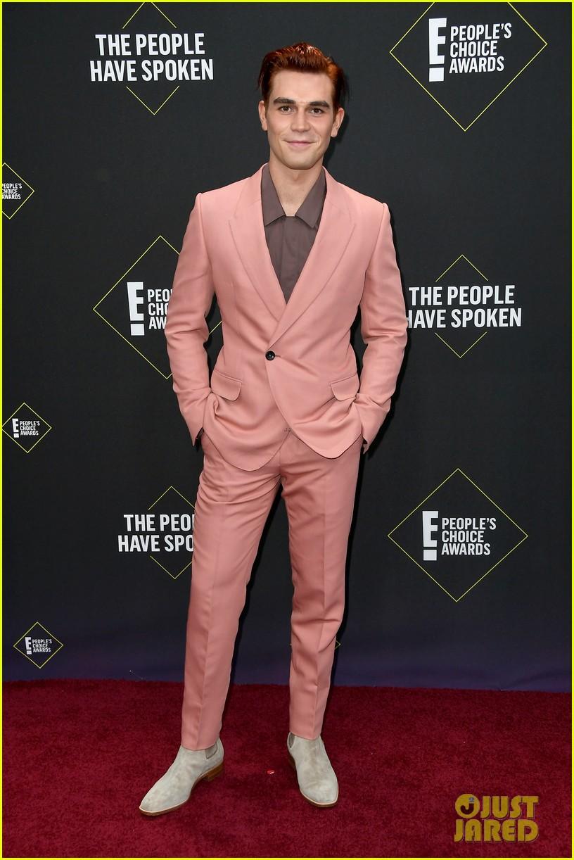 cole sprouse kj apa peoples choice awards 2019 09