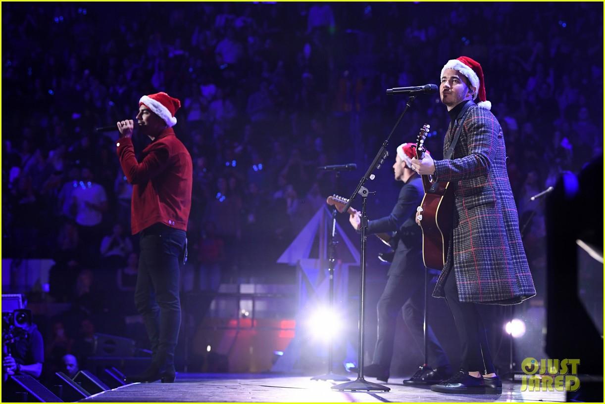 jonas brothers santa hat jingle ball nyc 07