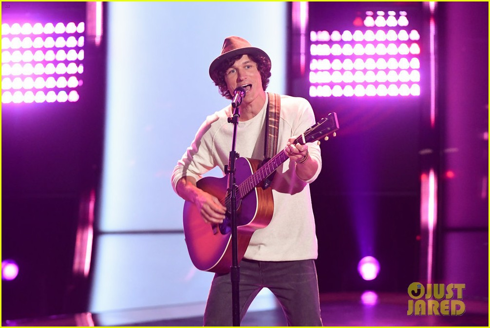 nick jonas joins kevin farris on stage to perform lovebug on the voice 01