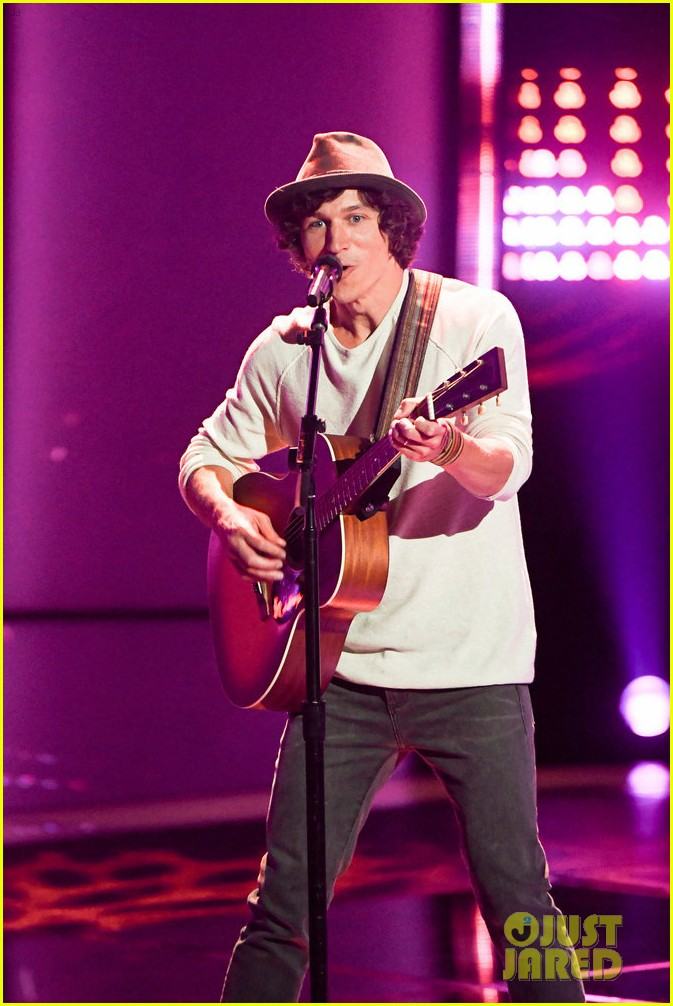 nick jonas joins kevin farris on stage to perform lovebug on the voice 05