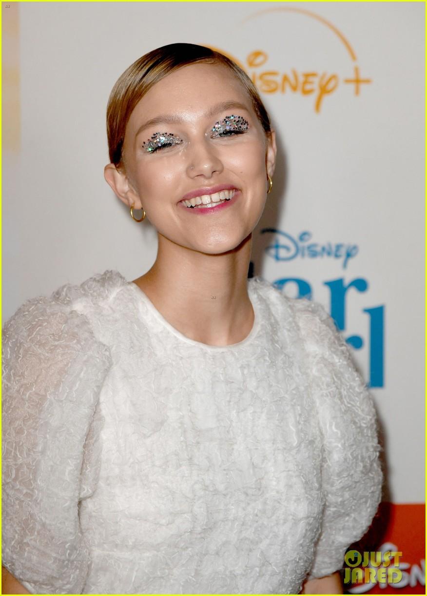 grace vanderwaal wears sparkly eyeshadow to stargirl premiere 11