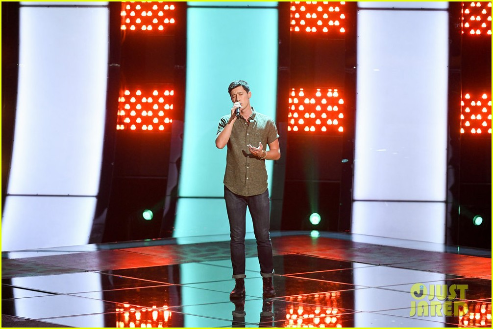 micah iverson picks first choice kelly clarkson for his the voice coach 01