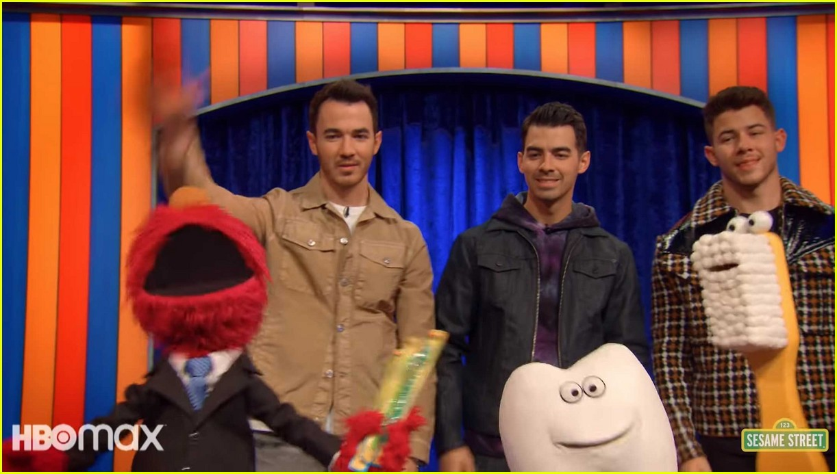 jonas brothers sing about brushing your teeth in not too with elmo preview 03