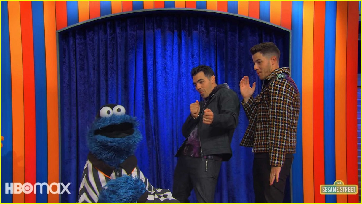 jonas brothers sing about brushing your teeth in not too with elmo preview 07