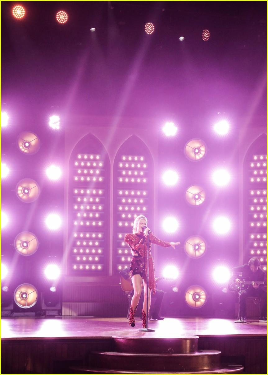 kelsea ballerini performs acm awards 05