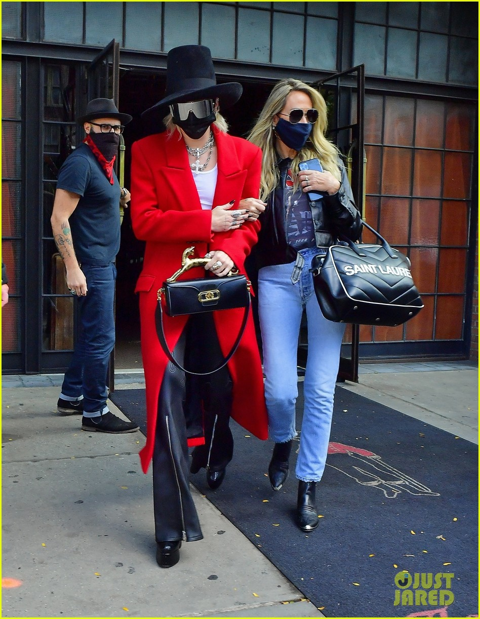 miley cyrus tophat red coat leaving hotel mom nyc 06