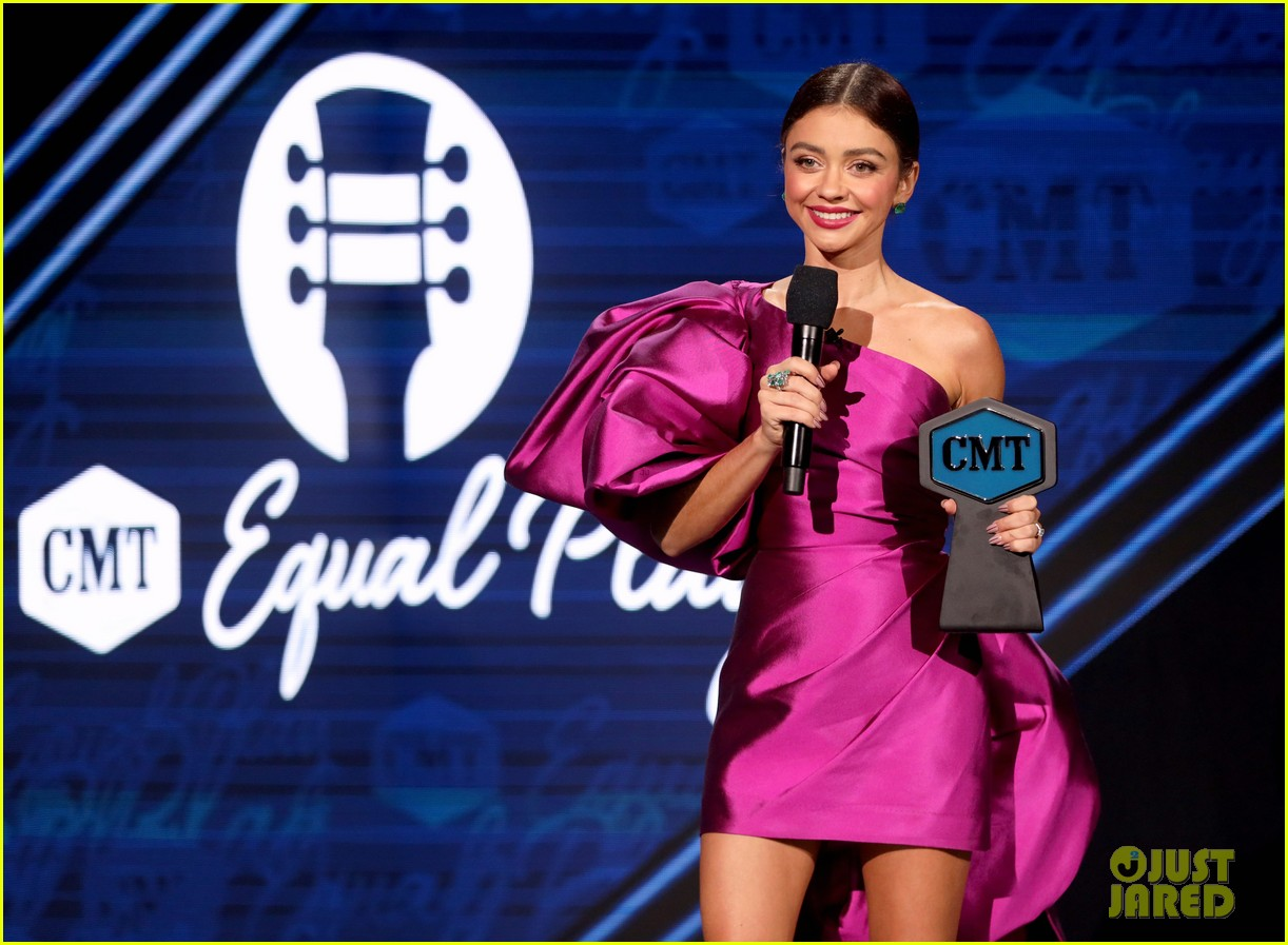 sarah hyland rocks two more looks while hosting cmt music awards 04