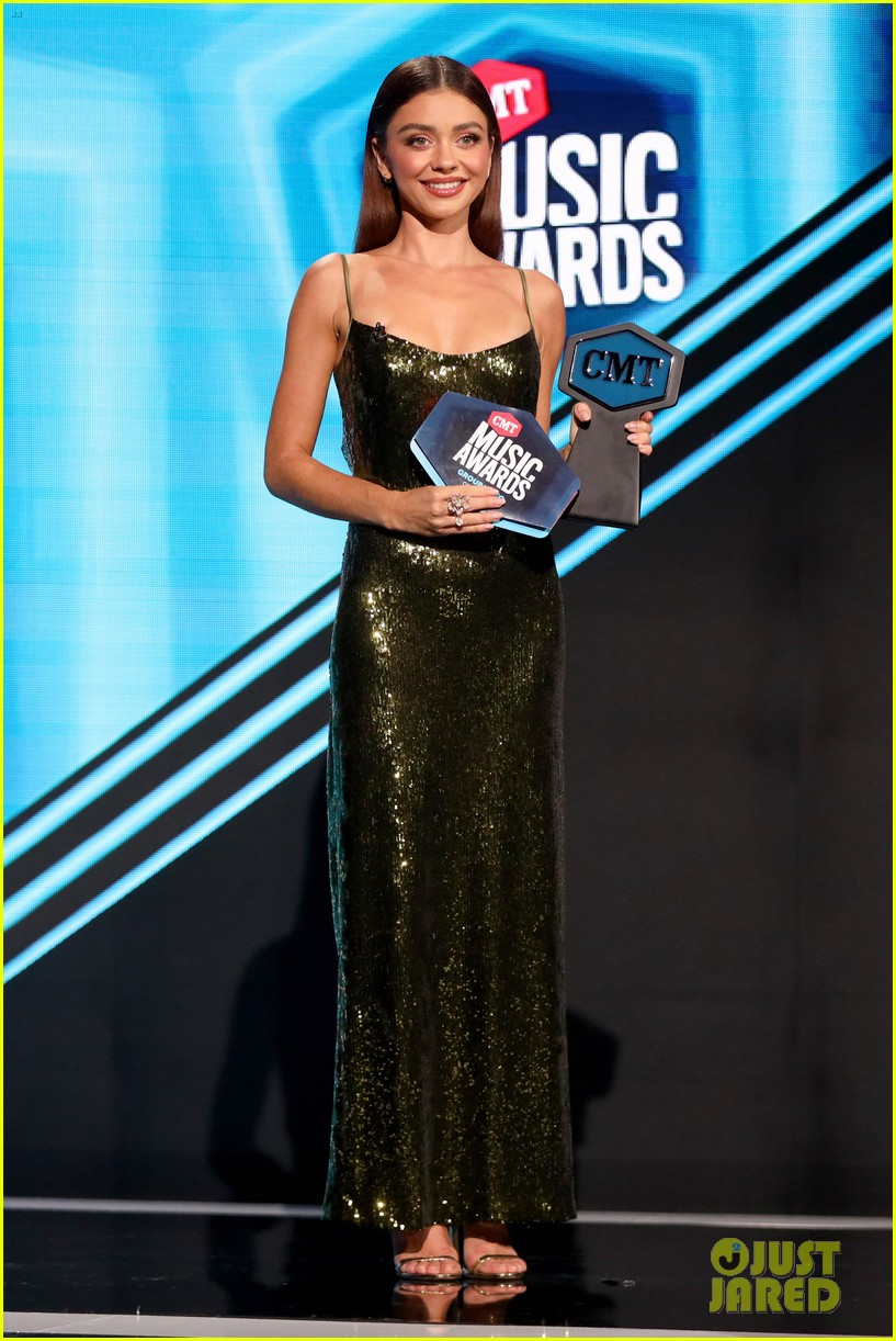 sarah hyland rocks two more looks while hosting cmt music awards 05