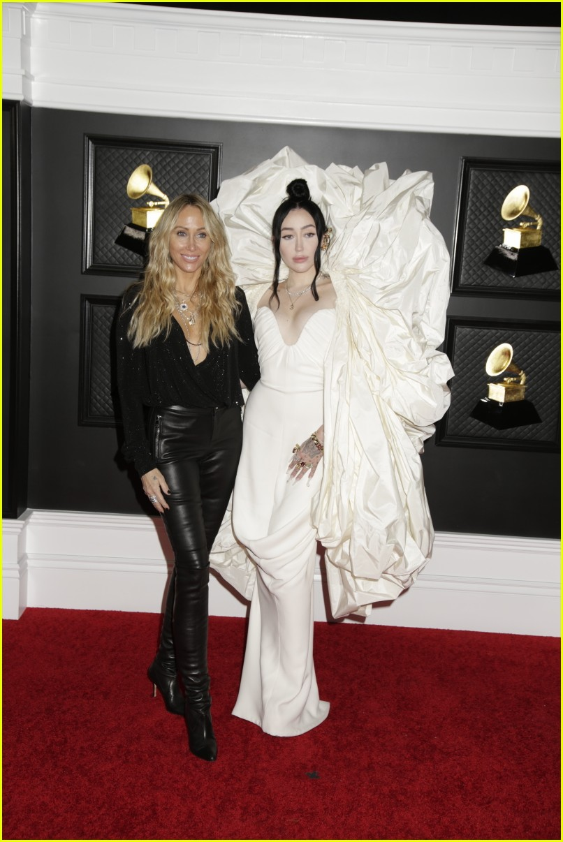 noah cyrus brings her mom tish as her grammys 2021 date 03