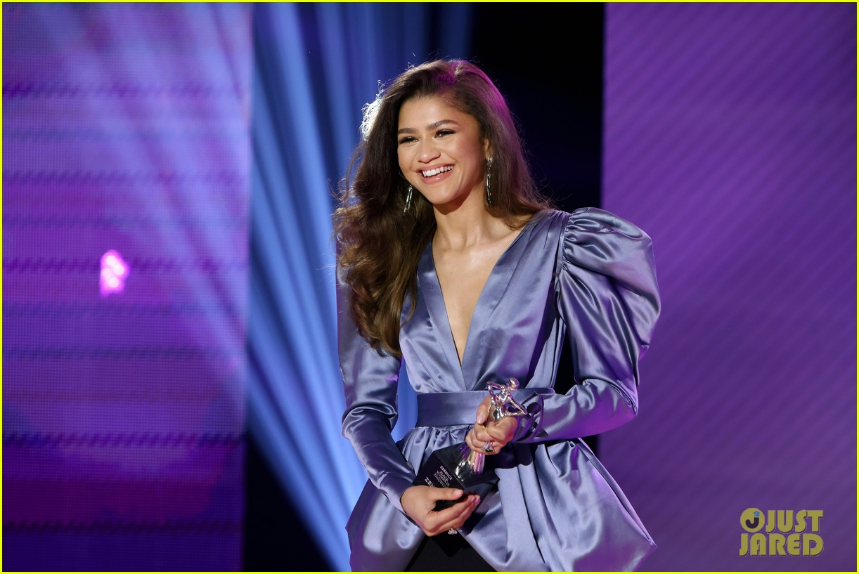 zendaya walks first red carpet in over a year see her gorgeous look 03