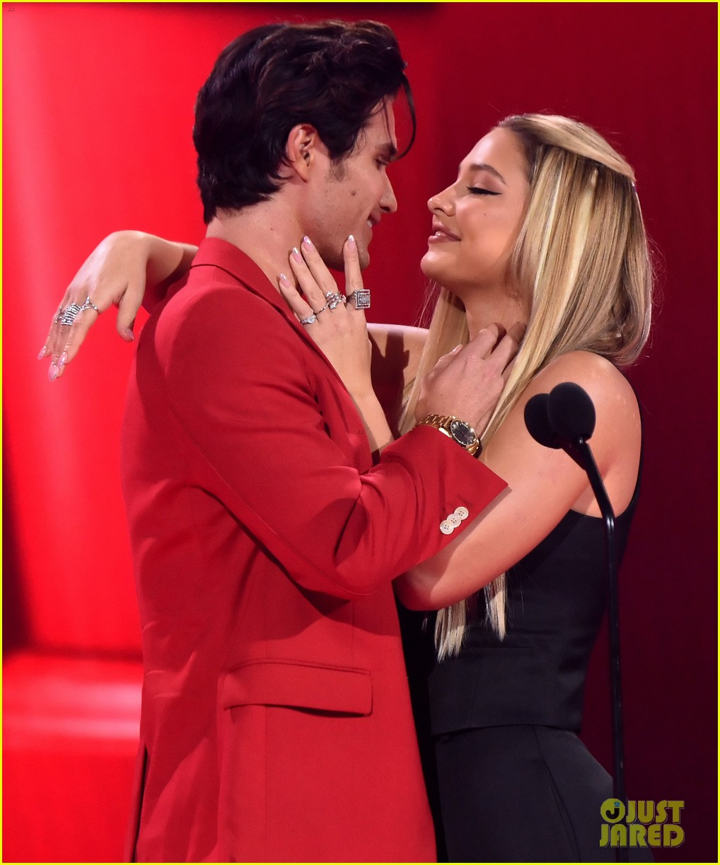 outer banks couple share a kiss at mtv awards 05