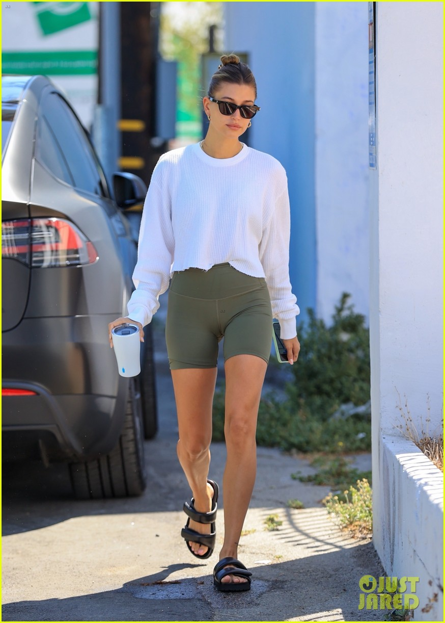 hailey bieber grabs lunch with justine skye 02