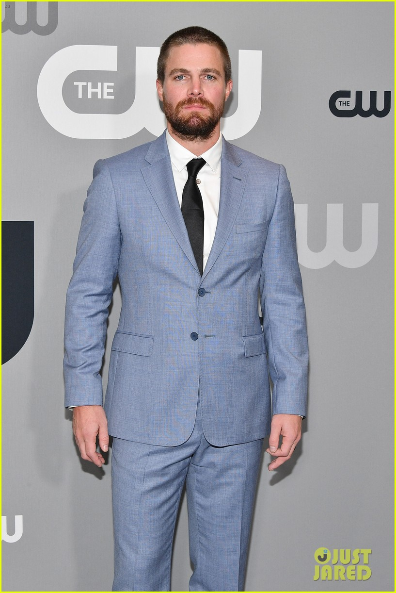 stephen amell addresses reports he was forcibly removed from flight 02