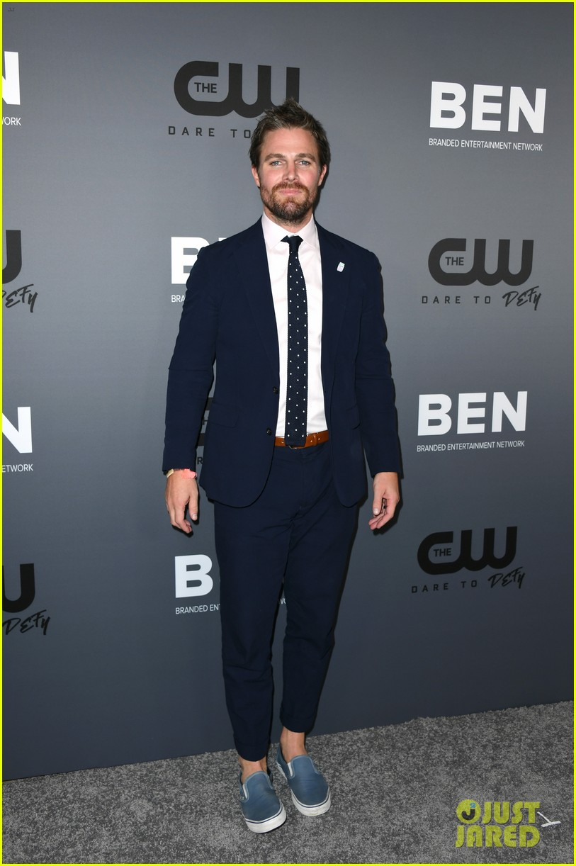 stephen amell addresses reports he was forcibly removed from flight 04