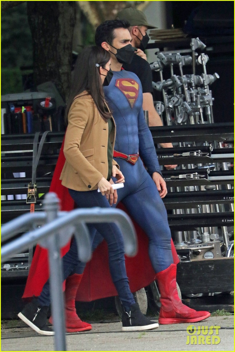 tyler hoechlin bitsie tulloch all smiles on set of superman lois finale 01