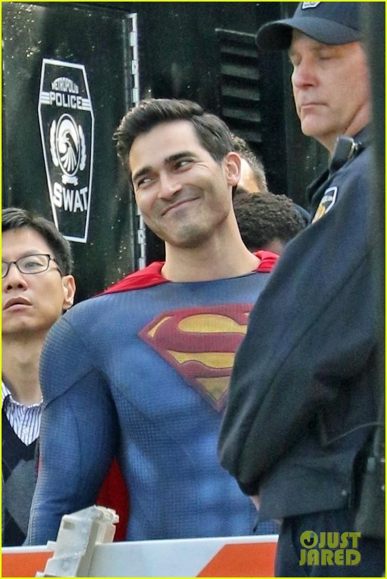 tyler hoechlin bitsie tulloch all smiles on set of superman lois finale 03