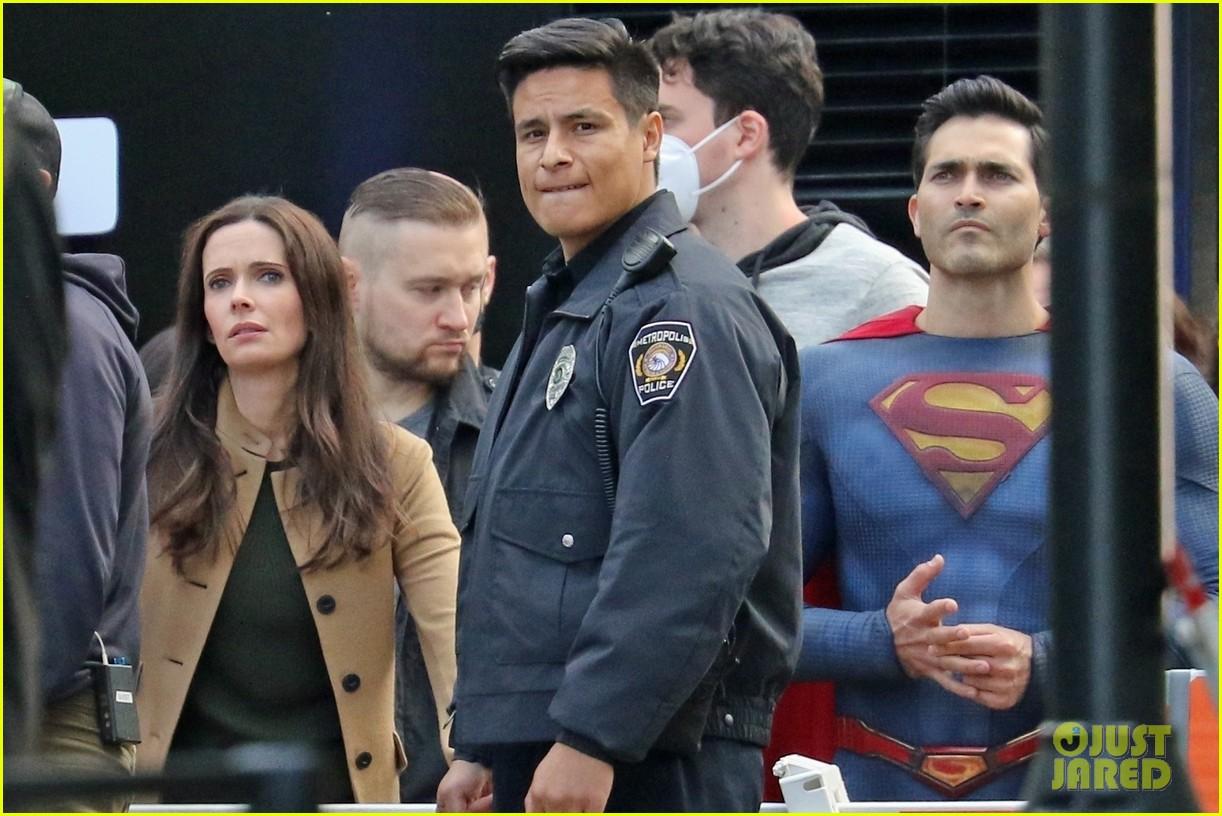 tyler hoechlin bitsie tulloch all smiles on set of superman lois finale 04