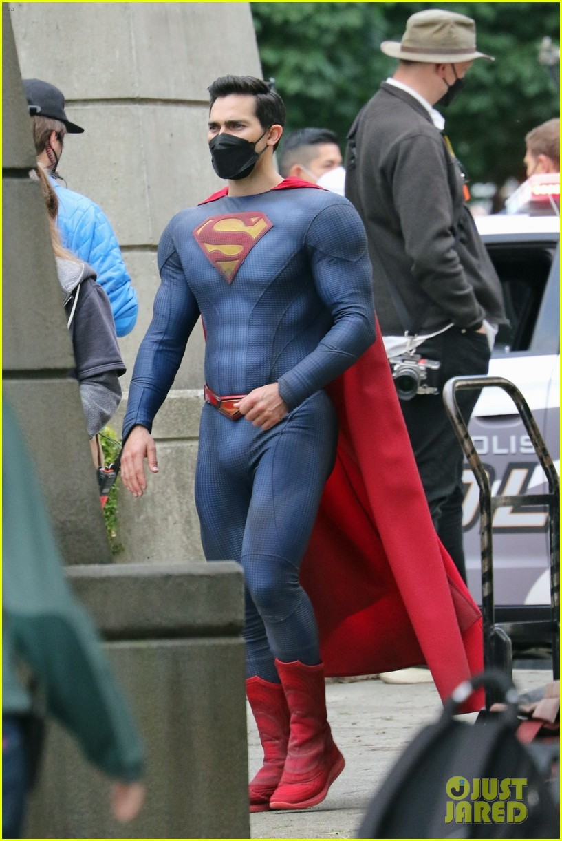 tyler hoechlin bitsie tulloch all smiles on set of superman lois finale 05