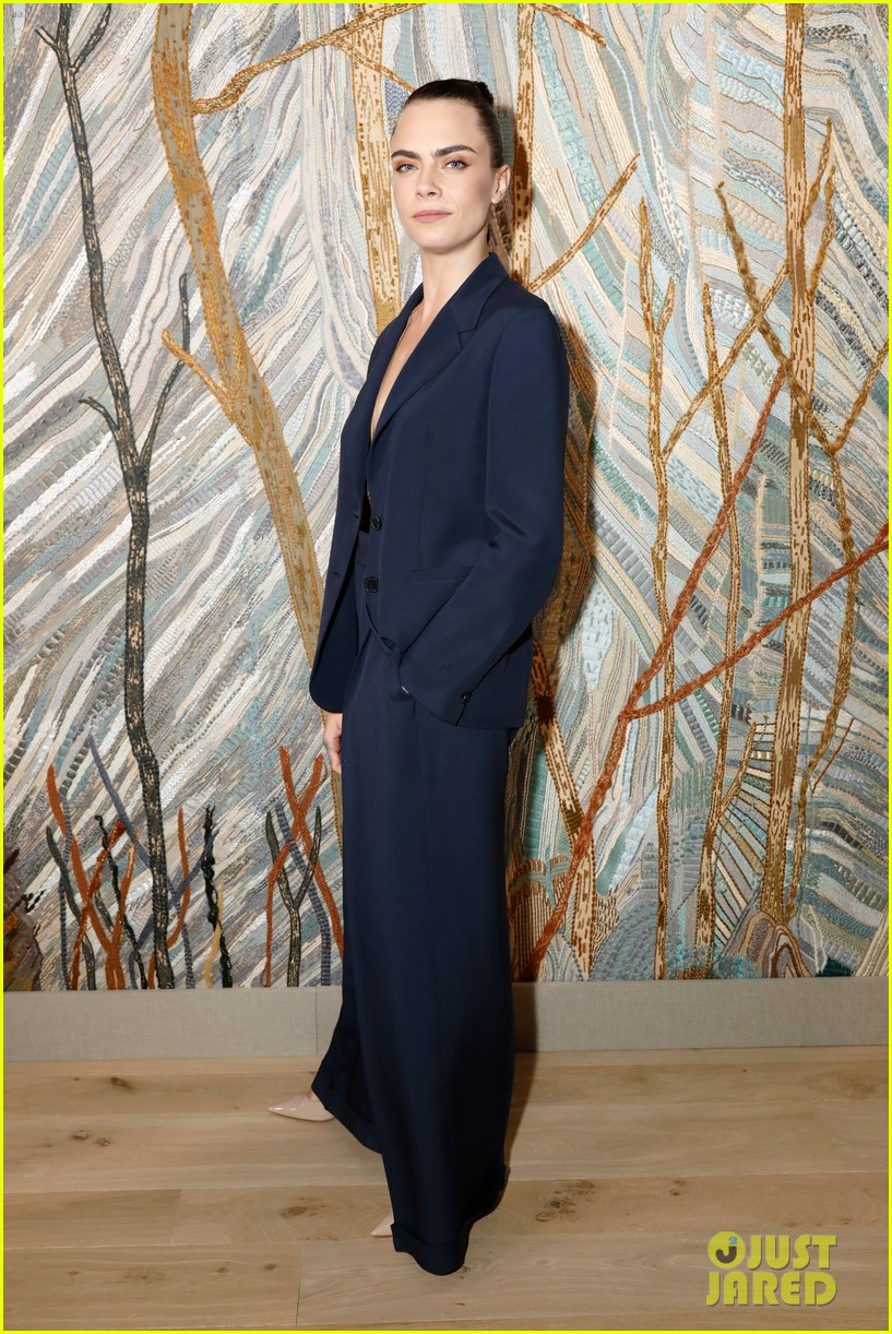 jennifer lawrence florence pugh sit front row at christian dior fashion show 03