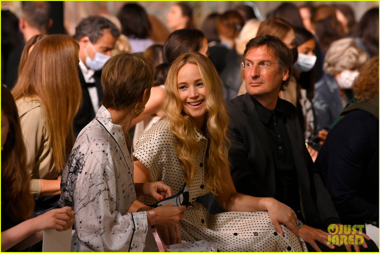 jennifer lawrence florence pugh sit front row at christian dior fashion show 04