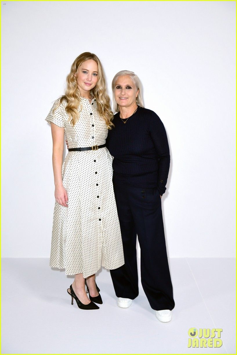 jennifer lawrence florence pugh sit front row at christian dior fashion show 14