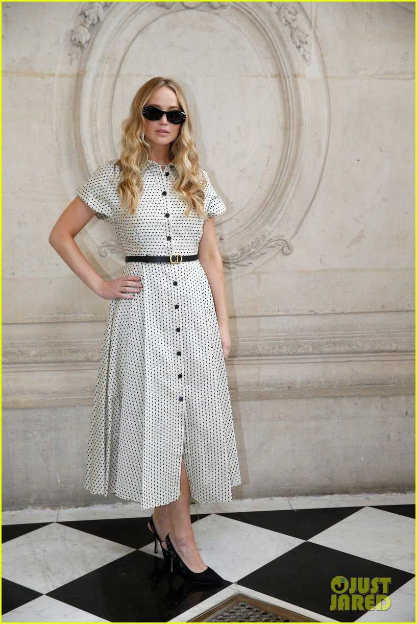 jennifer lawrence florence pugh sit front row at christian dior fashion show 16
