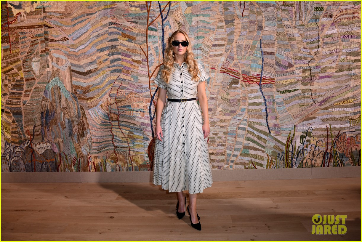 jennifer lawrence florence pugh sit front row at christian dior fashion show 17