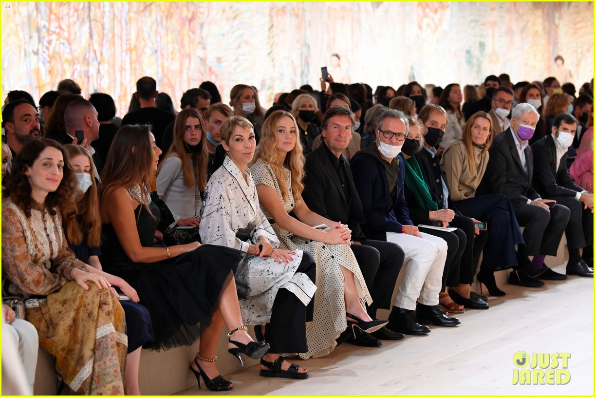 jennifer lawrence florence pugh sit front row at christian dior fashion show 19
