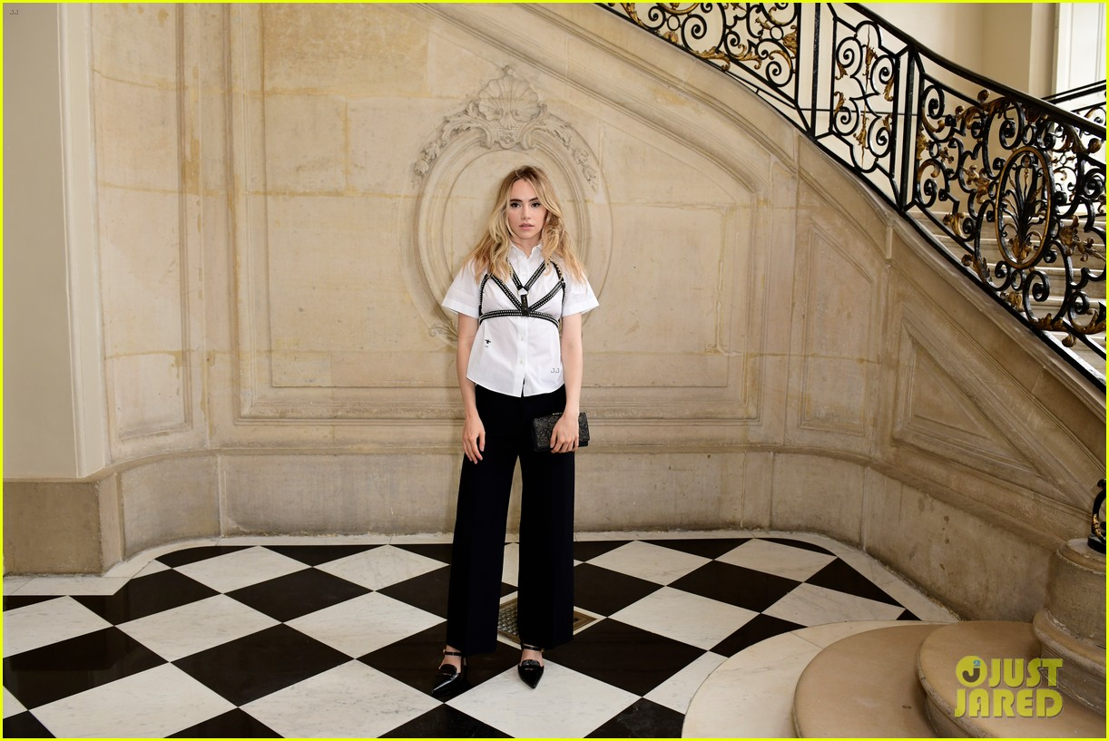 jennifer lawrence florence pugh sit front row at christian dior fashion show 21