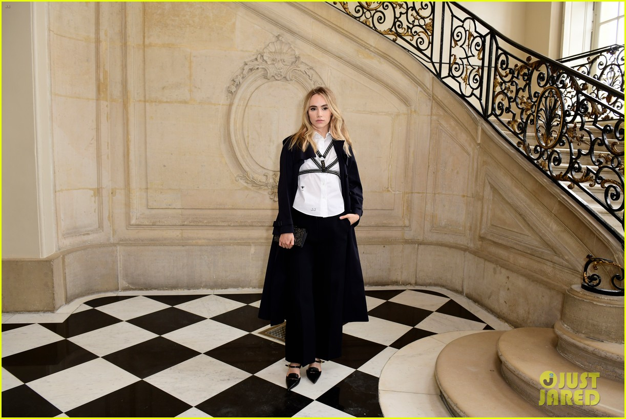 jennifer lawrence florence pugh sit front row at christian dior fashion show 22