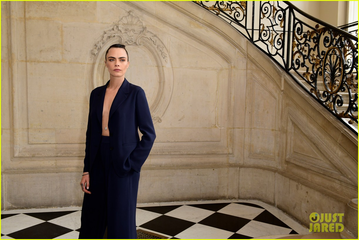 jennifer lawrence florence pugh sit front row at christian dior fashion show 23