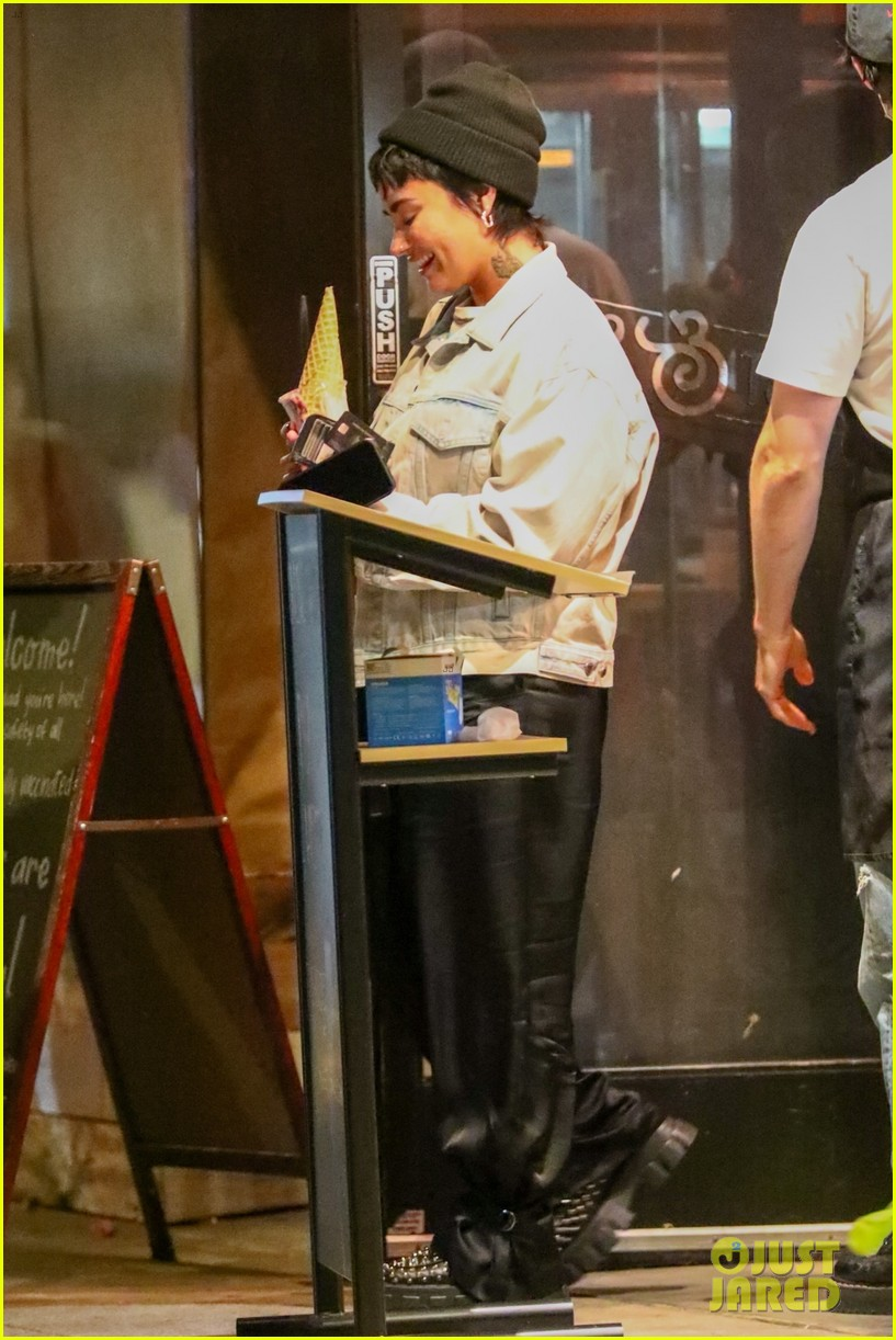 demi lovato grabs ice cream with friends at salt and straw 01