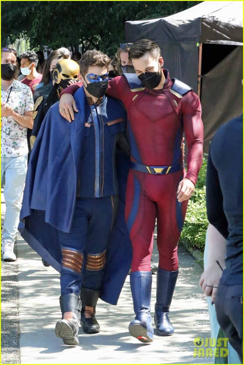 supergirl cast in full costume finale filming 03