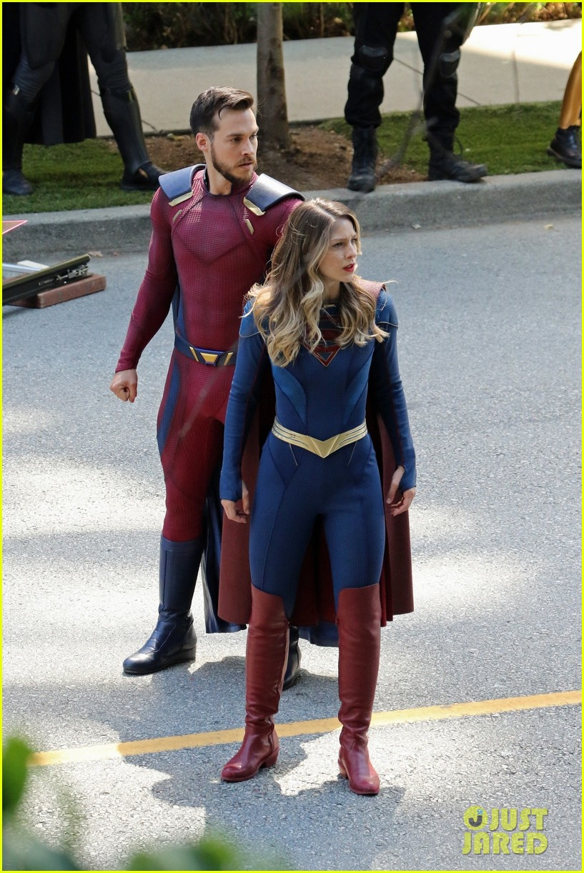 supergirl cast in full costume finale filming 04
