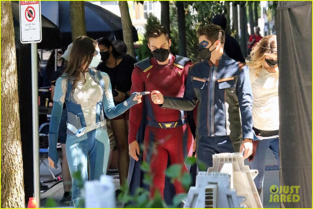 supergirl cast in full costume finale filming 05