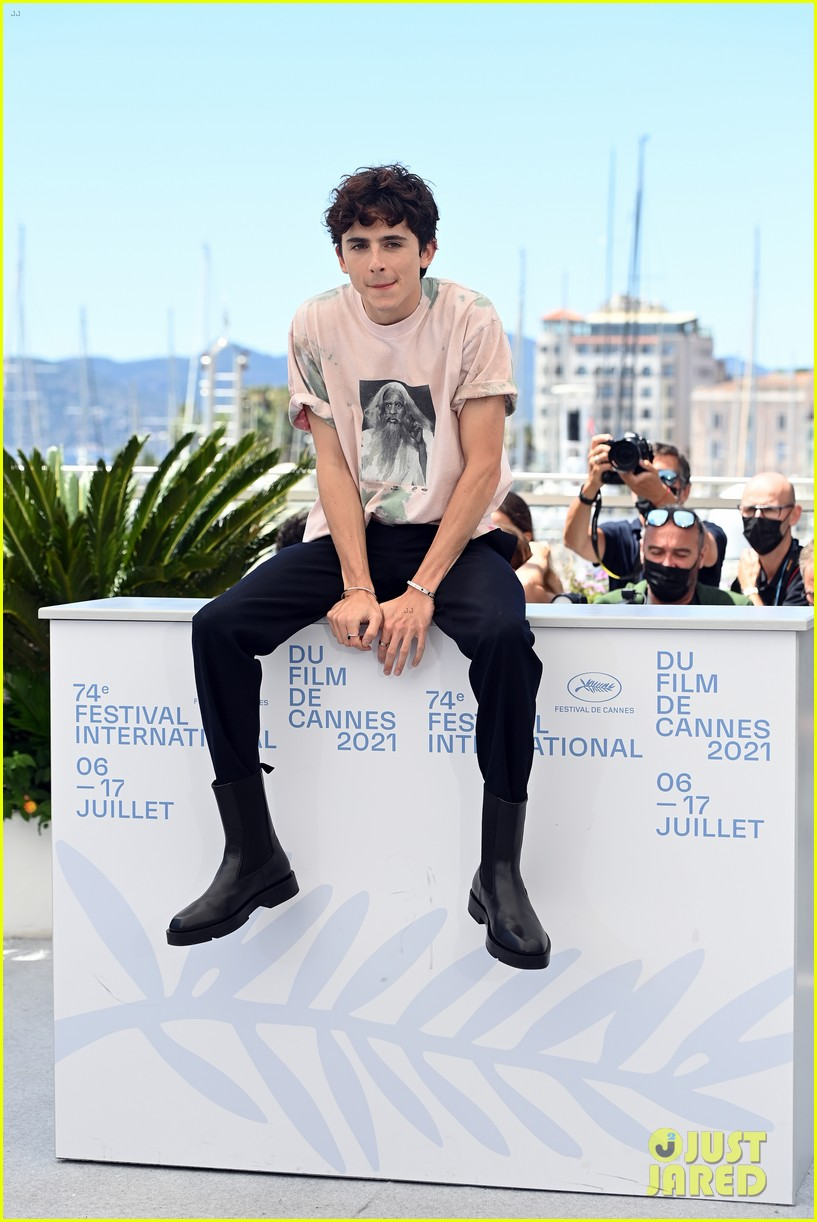timothee chalamet continues with cute poses at the french dispatch photo call 03