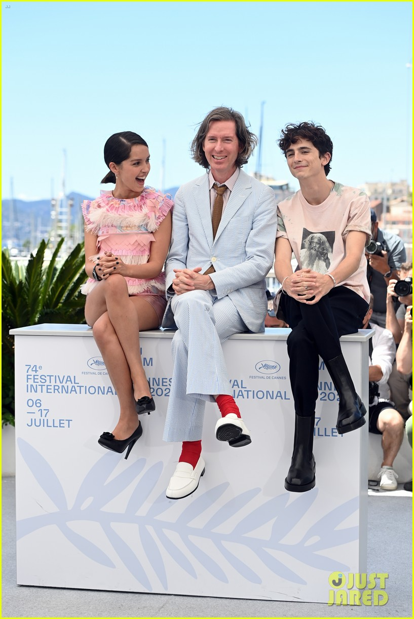 timothee chalamet continues with cute poses at the french dispatch photo call 05