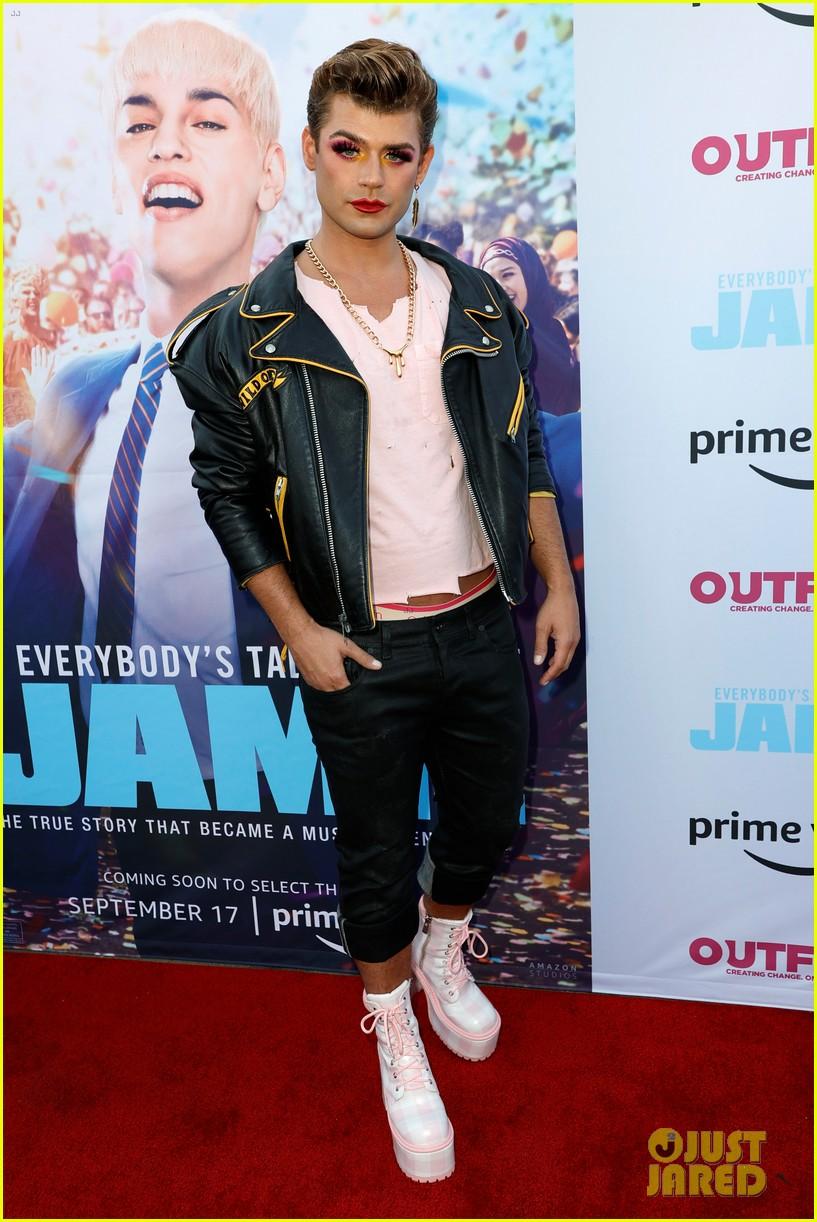 fin argus garrett clayton glam up for everybodys talking about jamie premiere 01